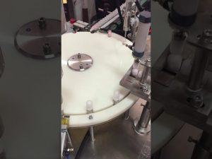 automatický stroj na plnenie a uzavieranie malých fľaštičiek